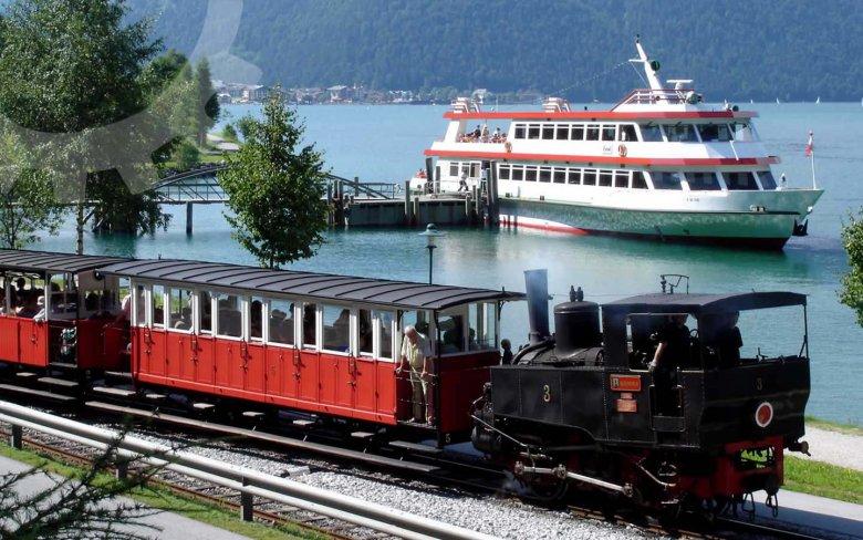 Heel toeristisch maar niettemin een aanrader: met de Achenseebahn en per schip de Achensee ontdekken. (Foto: Achenseebahn)