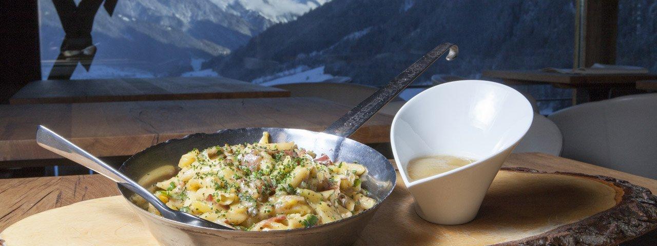 Tiroler bergpasta met appelmoes van gebakken appels, © Tirol Werbung/Roland Mühlanger