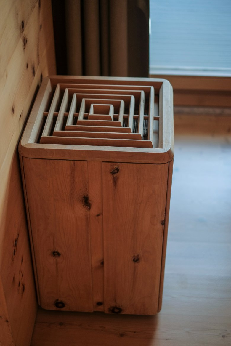 Of het nu gaat om verwarmingspanelen of prullenbakken, overal vind je hout.