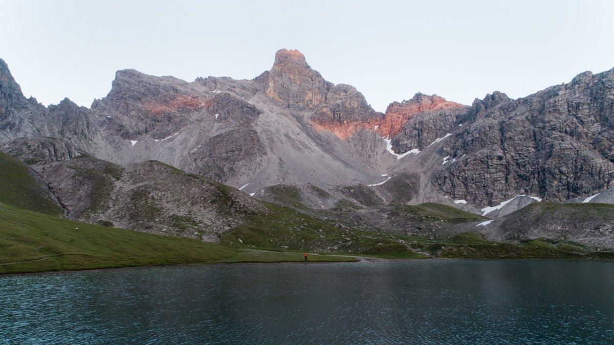 De Steinsee te midden van het imposante berglandschap
