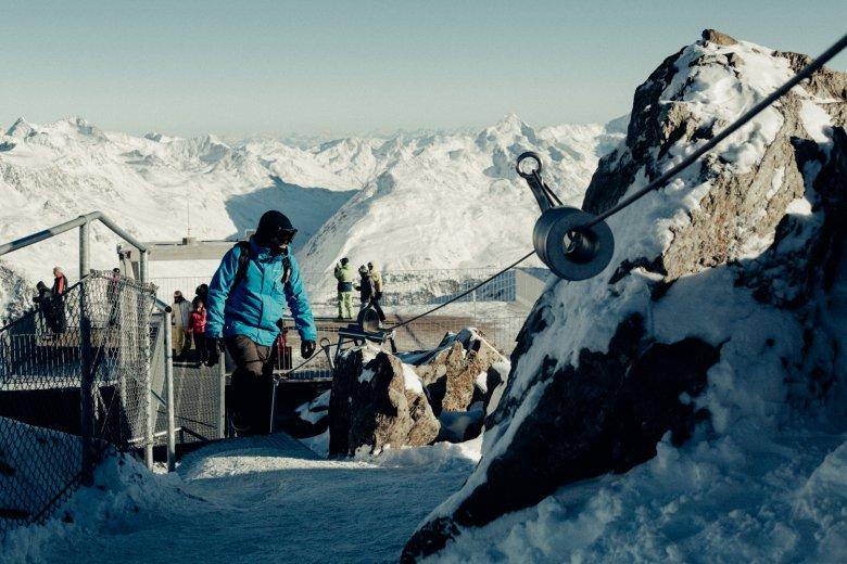 Met behulp van een metalen trap bij het Gaislachkogl bergstation kunnen ook niet-klimmers het uitzichtpunt makkelijk bereiken op de drieduizenders.