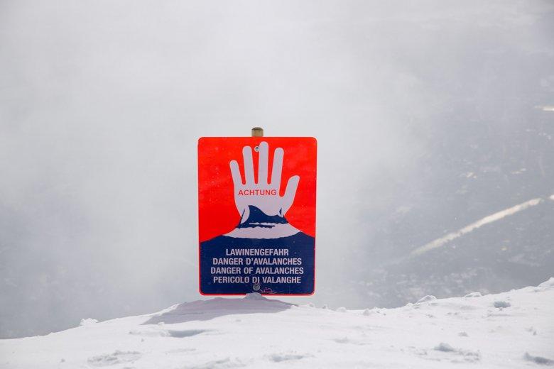 Dit symbool moet wintersporters daarover informeren en tegelijkertijd waarschuwen, dat ze het beveiligd skigebied gaan verlaten.