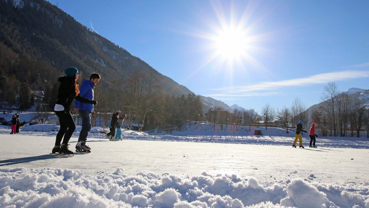 Schaatsen op Badesee Ried in Tiroler Oberland, © TVB Tiroler Oberland