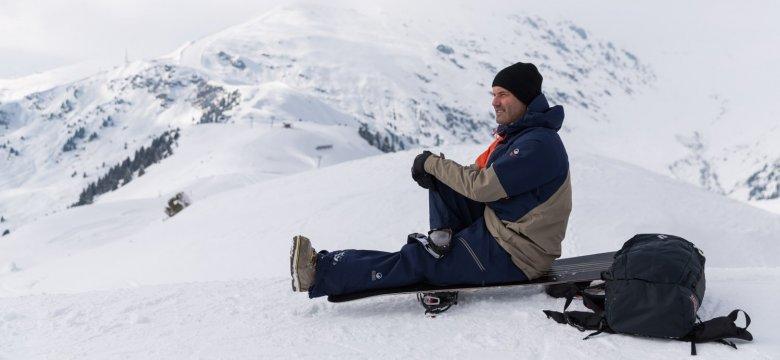 Na een paar rondjes in het skigebied geniet Thomas van het uitzicht op het Penkenjoch.