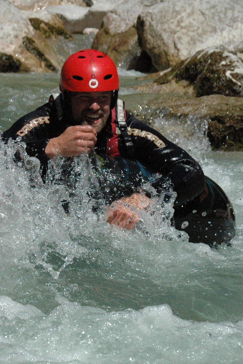 Met een reusachtige zwemband door de Brandenberger Ache. , © Sport Ossi