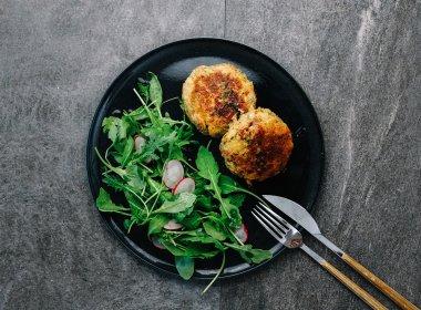 Stap 5: De Knödels met salade of bouillon serveren.