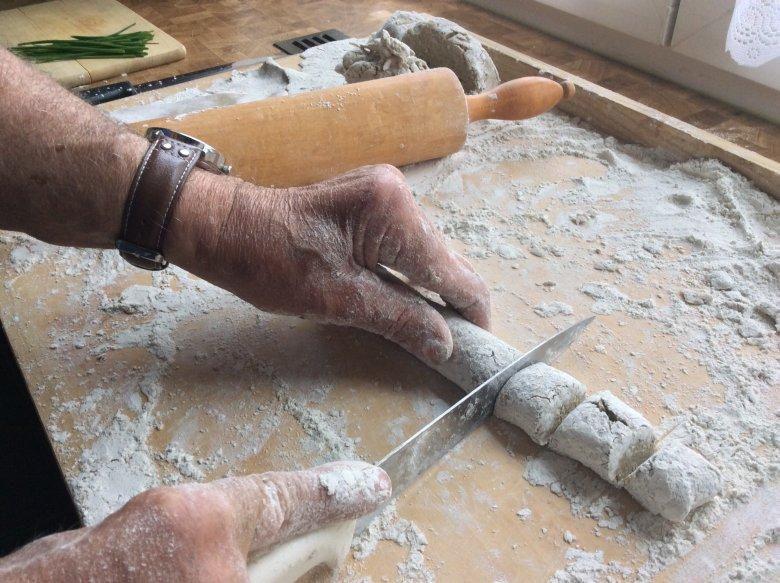 Een rol maken en kleine blokjes afsnijden.