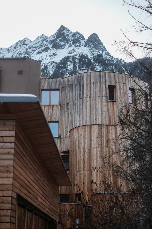 Naturhotel Waldklause heeft een indrukwekkende houten gevel.