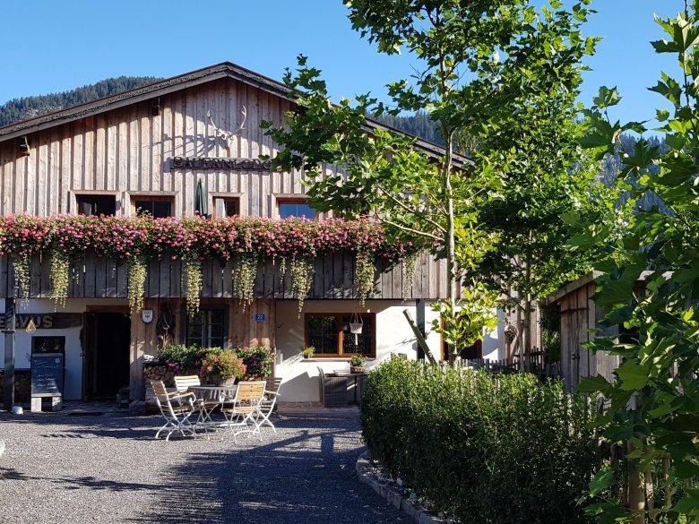 Deze 300 jaar oude boerenhoeve is omgetoverd in een eigentijdse maar vooral ook warme en knusse vakantieplek.