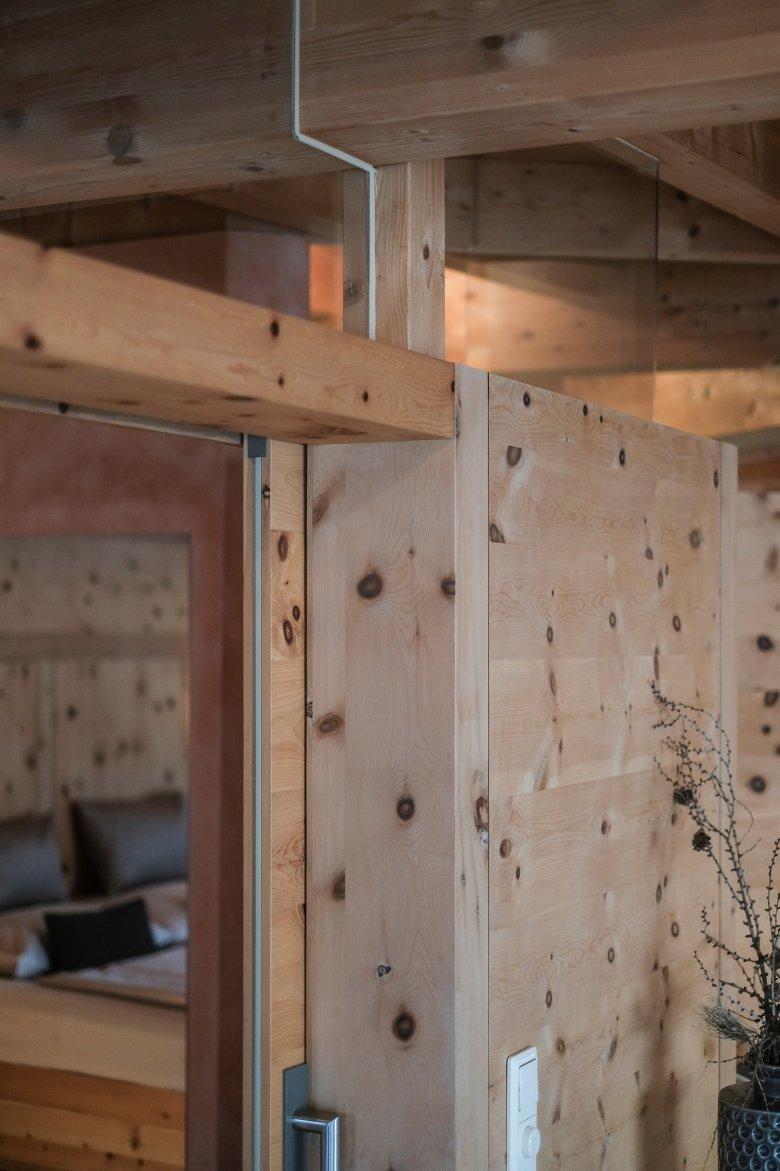 De massief houten constructie is gebouwd zonder schroeven en lijm.