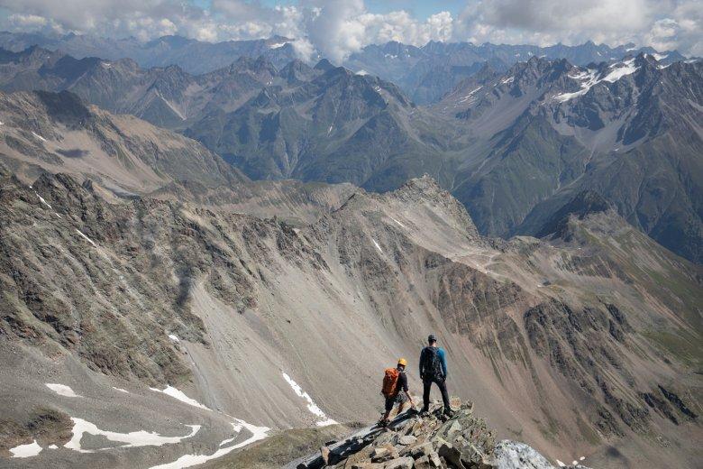 Blik naar beneden: naar het dal via de oostelijke graat van de Watzespitze.