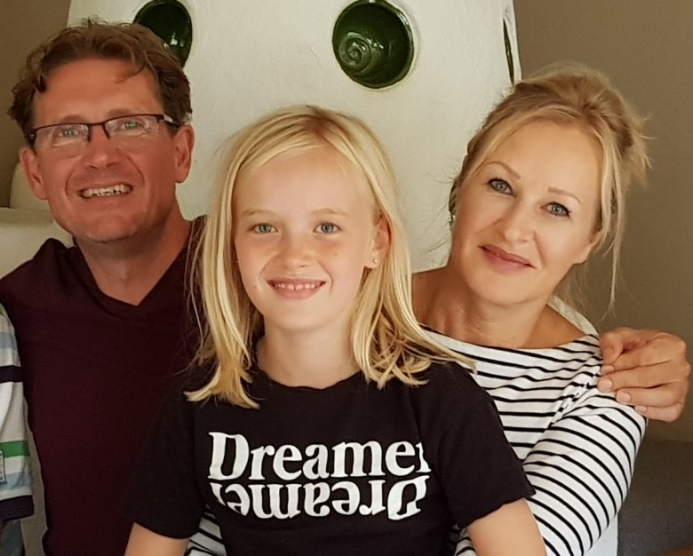 Chris groeide op op een bloemisterij-kwekerij en Ingrid op een melkveehouderij. Ze beleefden talloze vakanties in Oostenrijk voor ze er definitief gingen wonen.