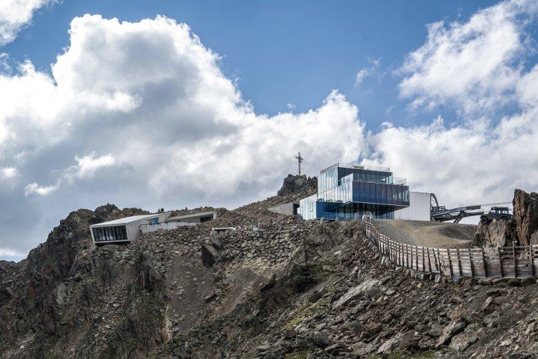 """Het restaurant 'Ice Q' aan de Gaislachkogel was te zien in """"Spectre"""" als Hoffler-kliniek. Vlak ernaast ligt de nieuwe James Bond attractie '007 Elements'."""