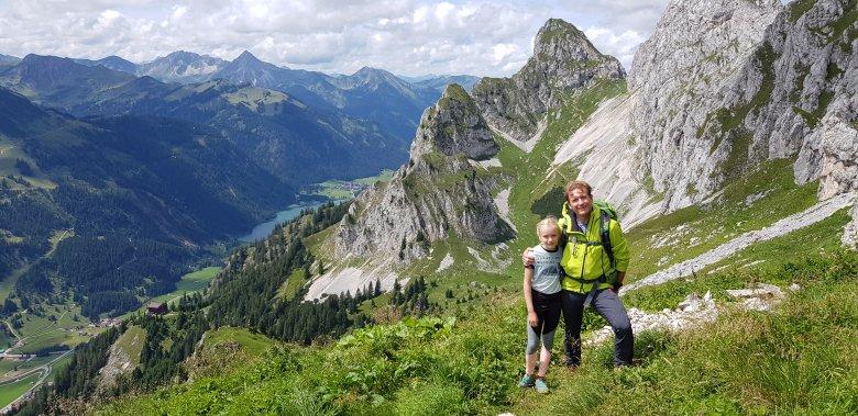 """Yenthe en Chris bij de de beroemde """"Rote Flüh"""" in het Tannheimer Tal. Linksonder kun je de bekende berghut, het Gimpelhaus herkennen en daarachter de Haldensee."""