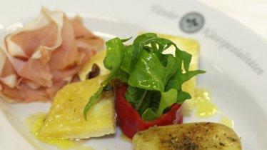 Gebraden Tiroler aardappels met Zillertaler spek en Graukäse (grijze kaas), © Fotoperjen.at