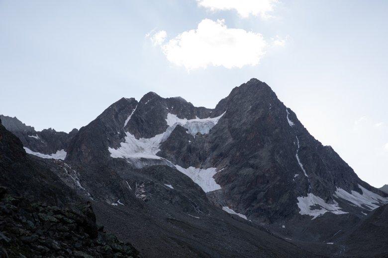 De dubbele bergtop van de Watzespitze. De oostelijke berggraat verloopt door het donkerste deel van de foto.