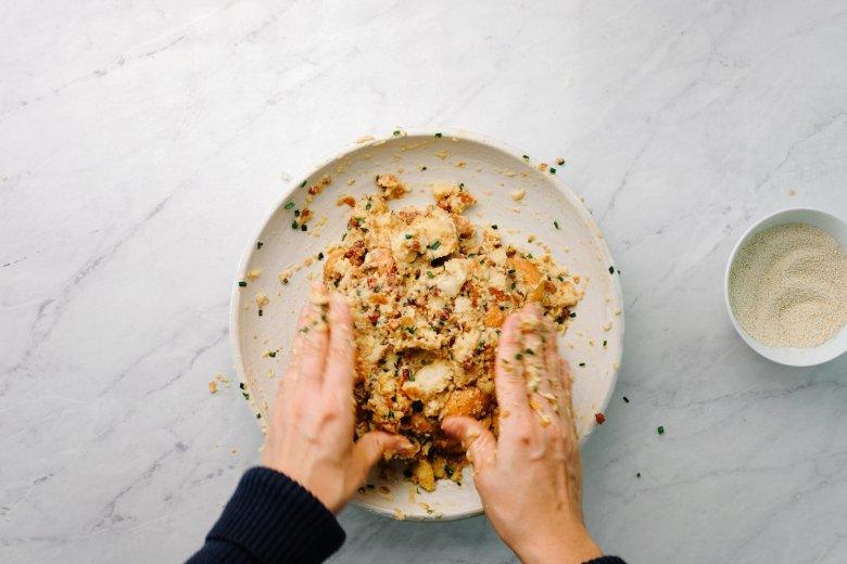 Stap 3: De ingrediënten met de hand mengen. Vorm nu knoedels.