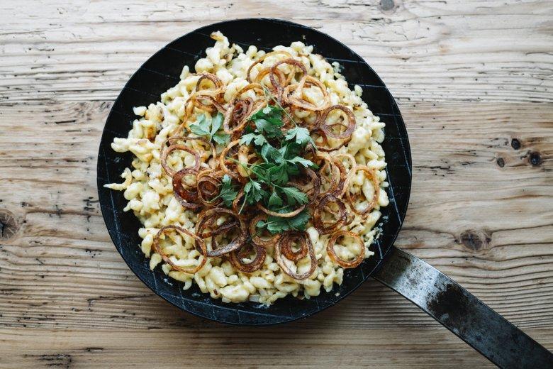 Stap 5: Breng de spatzln op smaak met peper en zout en dien op met de gebakken ui en peterselie.