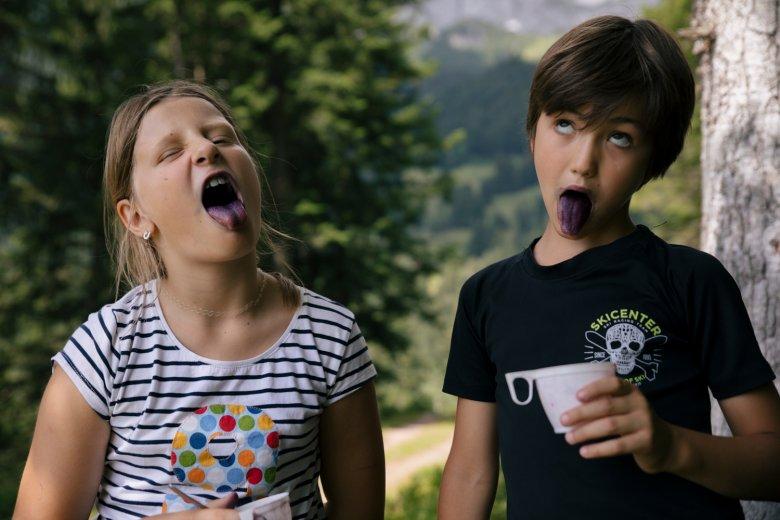 Stella en Maxi vinden de meeste wilde bessen en winnen de blauwe-tongen-wedstrijd!
