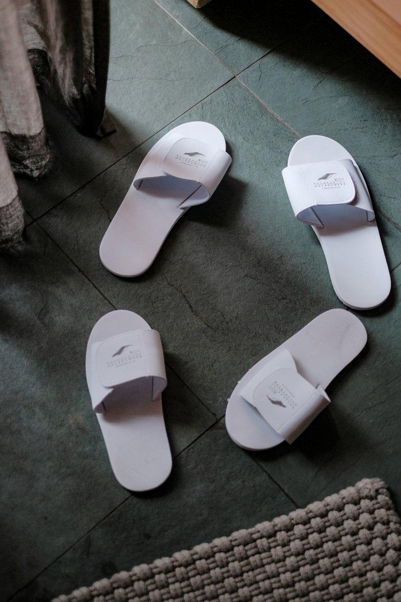 Omdat ze alleen in plastic waren verpakt, is voor de slippers in Hotel Waldklause…