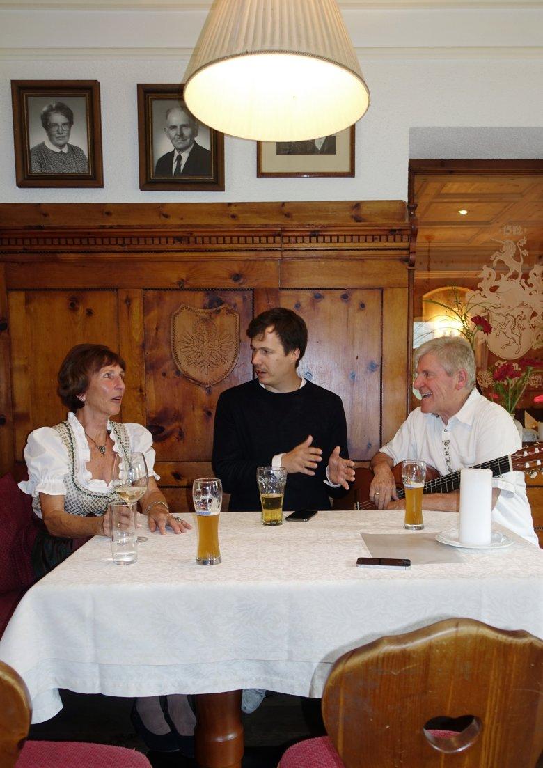 Martha, Maximilian en Reinhard bij het jodelen.