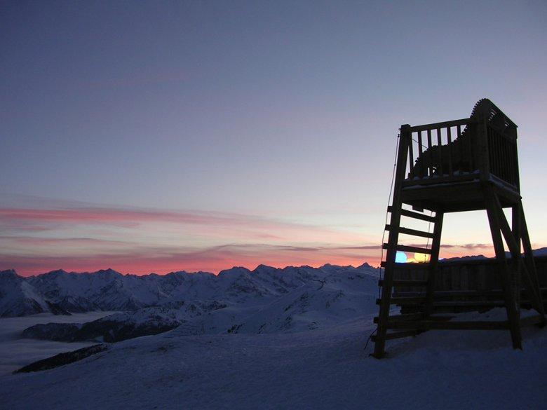 De hoge stoel voor de berghut is favoriet onder vele gasten en natuurlijk is de eigenaar van de hut de grootste fan.
