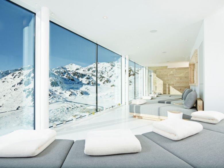 Der 2013 fertig gestellte Anbau begeistert mit großflächigen Glasfronten und einer geradlinigen Innenarchitektur.
