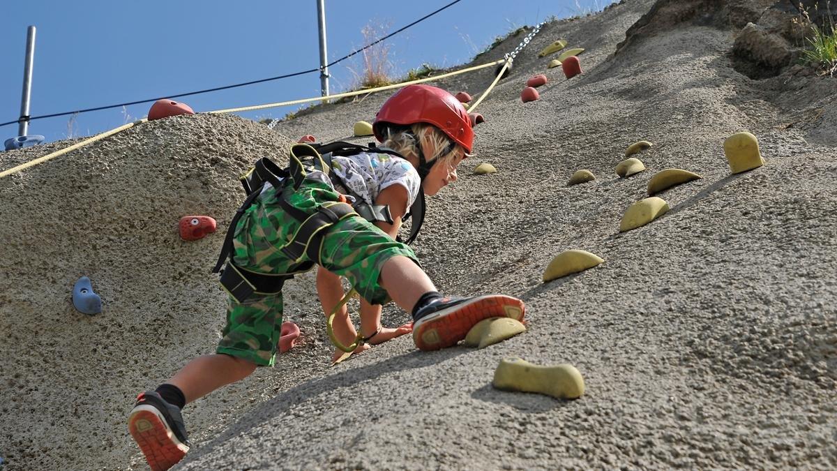 Met hoge bergen en ruige kliffen om zich heen, krijgen kinderen snel de klimkriebels. Geen wonder dat de inwoners van het Zillertal geboren klimmers zijn! In de klettergarten bij de Spieljochbahn ontdekken jonge klimmers hun klautertalent., © Wörgötter & Friends