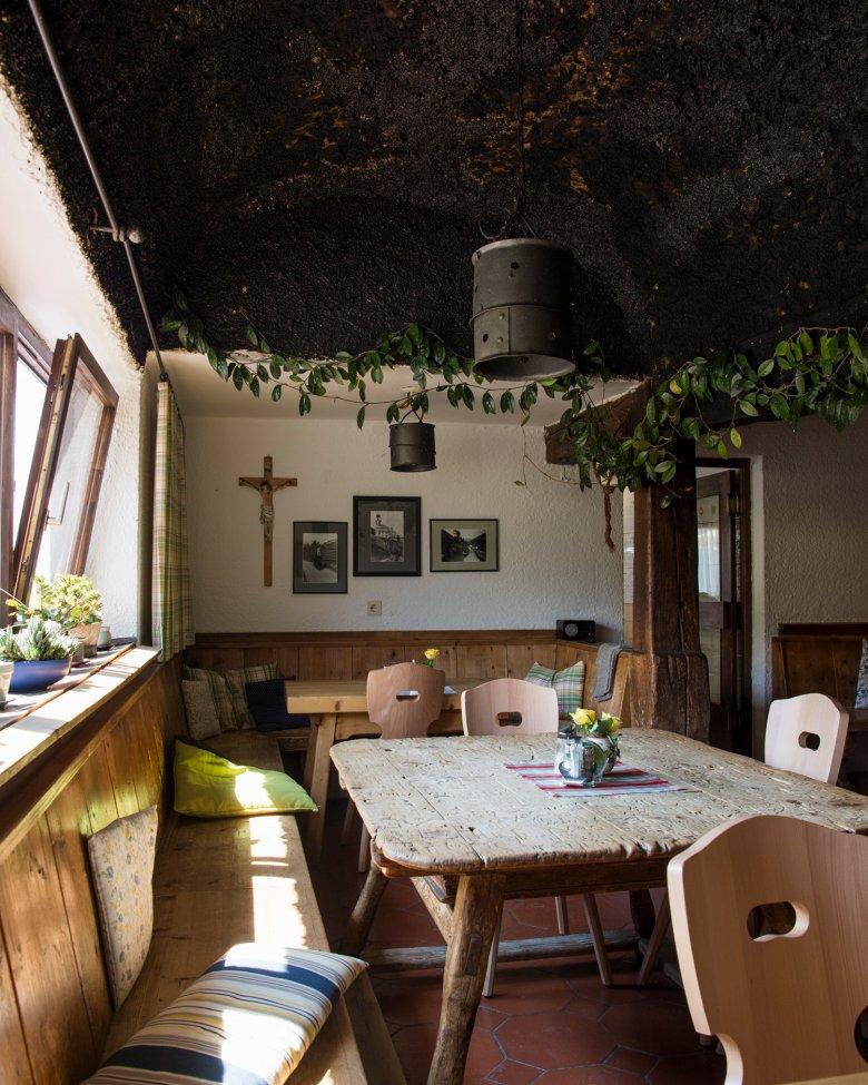 Bijzonder authentiek: de schoorsteen aan het plafond.