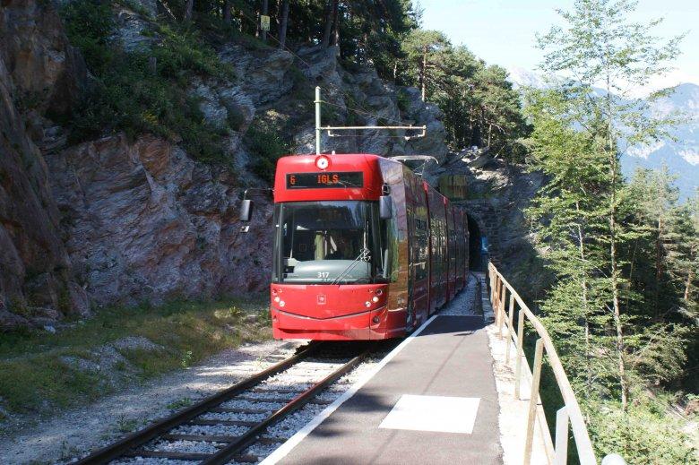"""Vanuit Innsbruck met de tram richting natuur: de """"Waldstraßenbahn"""" resp. Tramlijn 6 voert van Innsbruck naar Igls (Foto: IVB)"""