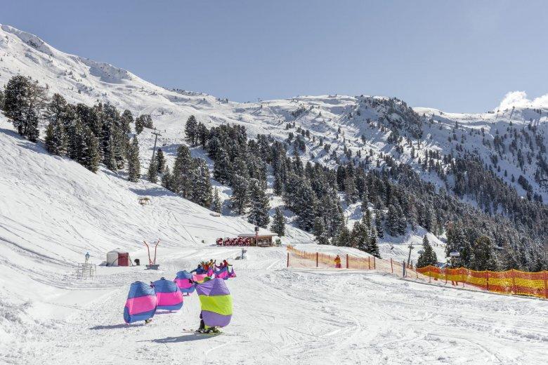 Kinderen op skilesin Pitztal, skigebied Hochzeiger