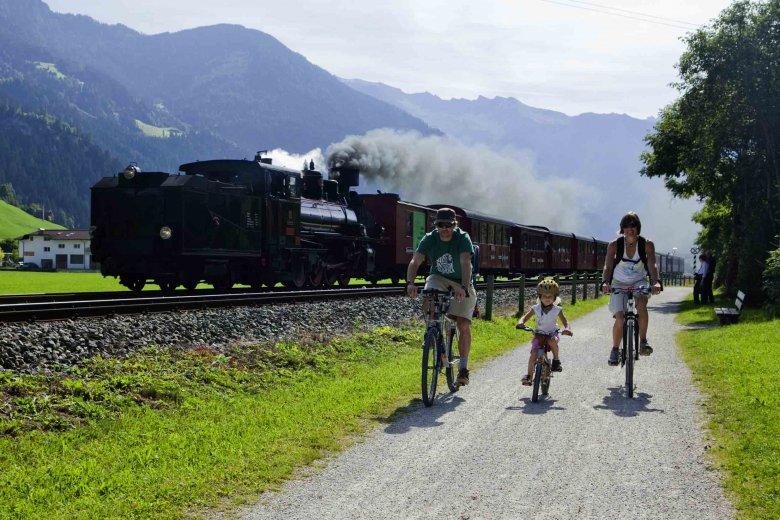 Een ideale combinatie: met de fiets en de trein door het Zillertal. Ideaal voor families. (Foto: Zillertal Tourismus/Florian Schneider)