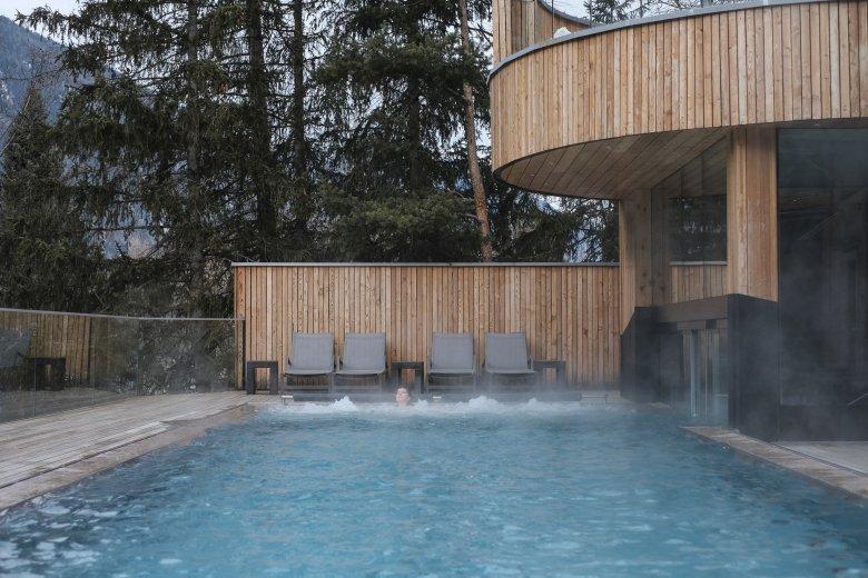 Het buitenzwembad van het Naturhotel Waldklause.