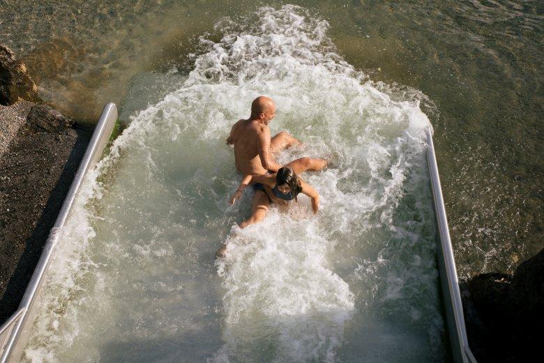 Stella en Christian hebben veel pret op de waterglijbaan.