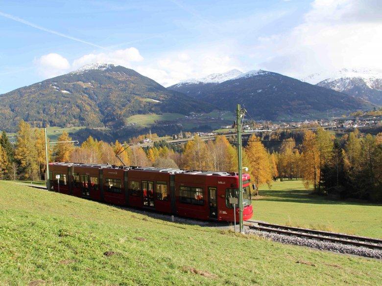 Pittoreske rit van Innsbruck naar Filpmes in het Stubaital: Hier tuft de tram over de Telfer Wiesen. Op de achtergrond zie je de met sneeuw bedekte Patscherkofel. (Foto: Haisjackl)