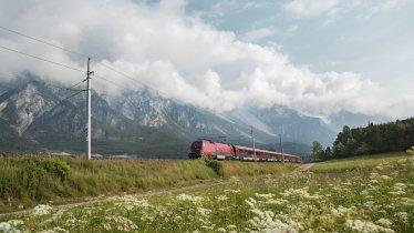 Veel wandelroutes zijn ideaal voor mensen die met bus of trein reizen. , © Tirol Werbung, Regina Recht
