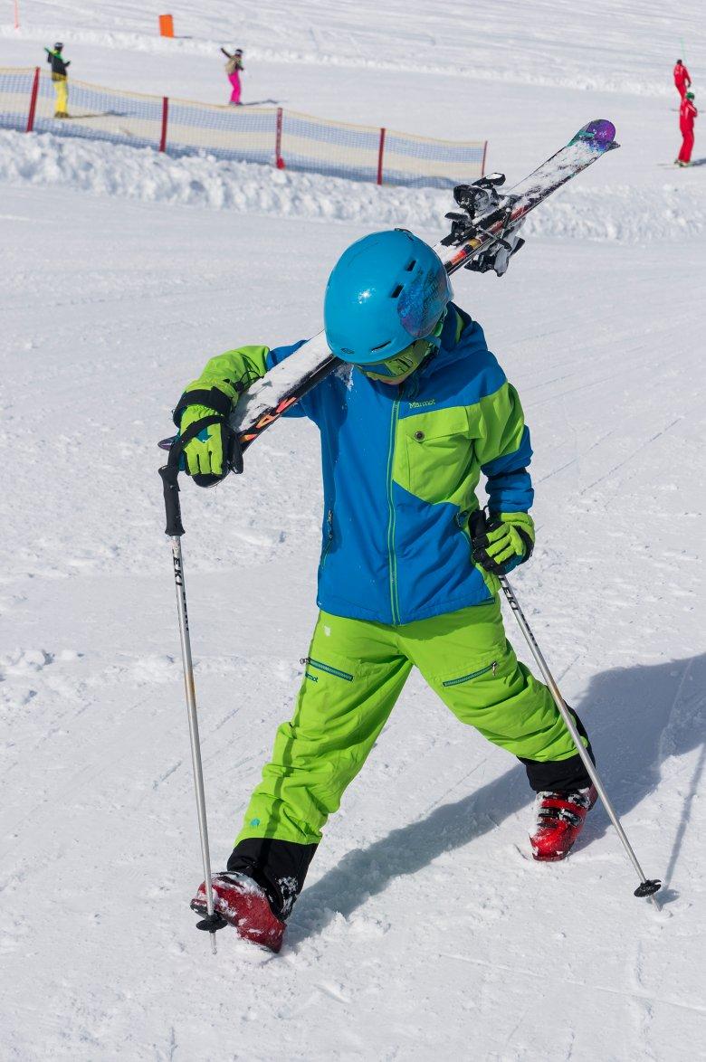 Precies zo draagt een echte skiërzijn materiaal. , © Hans Herbig