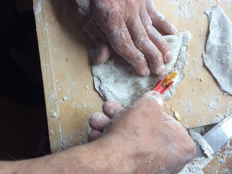 Deegkussentjes stevig dicht drukken, zodat ze bij het bakken niet opengaan. Met een deegwieltje krijg je een mooi gekartelde rand.