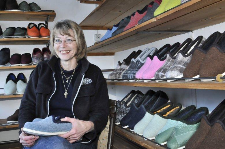 Mevrouw Naschberger uit Reith in het Alpbachtal met een pantoffel