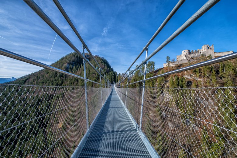Vanaf de brug heb je een geweldig uitzicht op de burcht Ehrenberg. Foto: Naturparkregion Reutte, © Naturparkregion Reutte