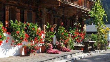Kelchsau- Bauernhof met bloemen langs de weg, © Kitzbüheler Alpen